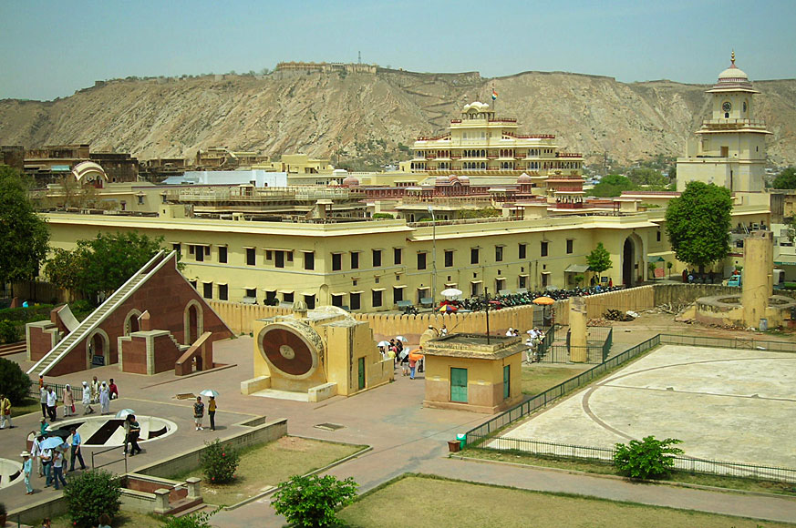 Jantar Mantar, w tle City Palace Complex