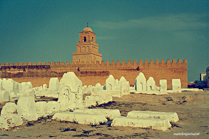Kairouan, Wielki Meczet. Przed nim muzułmański cmentarz