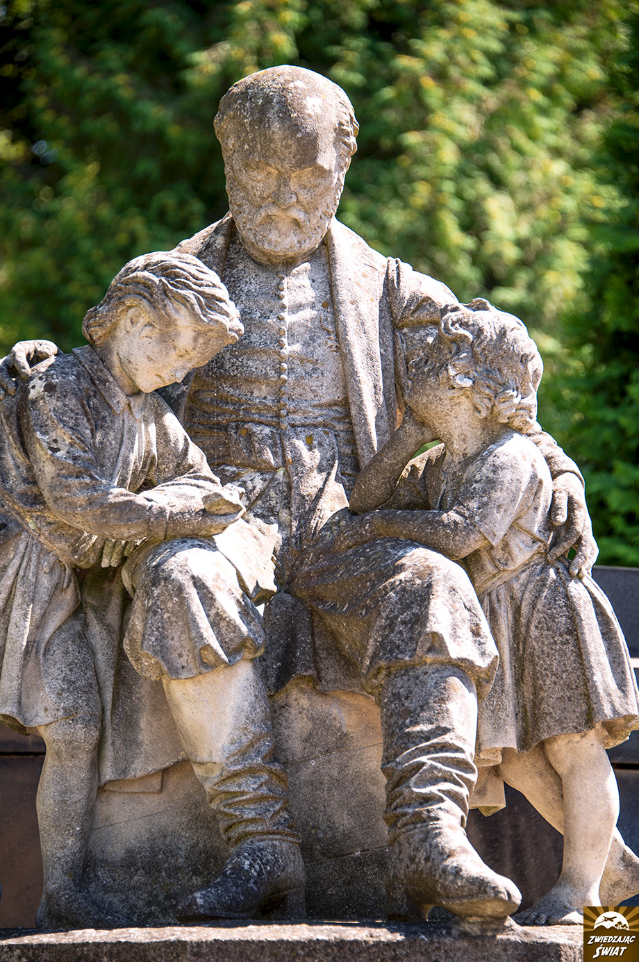 pomnik w miejscu pochówku mecenasów ormiańskich J. Torosiewicza i K. Kajetanowicza